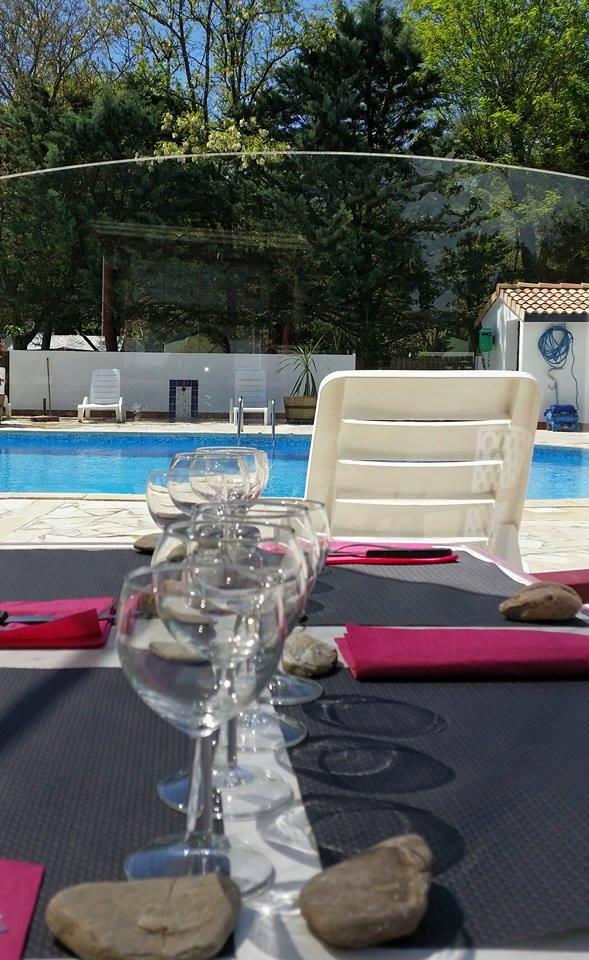 Repas en amoureux au bord de la piscine