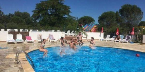 saut dans la piscine ovale