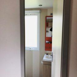 La porte d'accés de la petite chambre à la salle de bain d'un 724